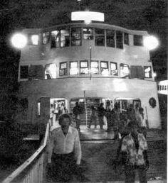 As barcas reduzem o número de viagens entre Rio e Niterói – apenas de hora em hora, de meia-noite às seis. O fluxo de passageiros é maior partindo da GB. Em maioria são noctívagos retardatários. .