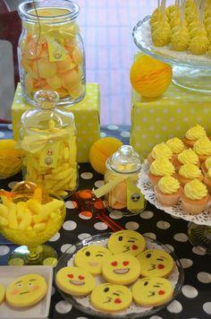 Cupcakes, cake pops, sablés décorés emoji et bonbons jaunes - Sweet table multicolore par Studio Candy chez Bel