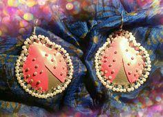 Coccinelle rosa e grigio in ecopelle ricamate di perline e cristalli  (orecchini)