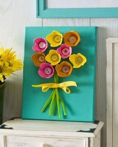 Arte con cajas de huevos: cuadro con flor de cartones y botones