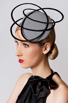 Love how the narrow black band frames her face and the button. Millinery Hats, Fascinator Hats, Fascinators, Headpieces, Fancy Hats, Cool Hats, Crazy Hats, Love Hat, Derby Hats