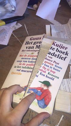 7. Hier heb ik de kaft aan de voorkant van het boek door midden gesneden om er deuren van te maken. De losse helft plak ik vast dus hier zal geen beweging in te komen zijn. De andere helft zit met 1 zijde aan het boek vast en deze kan je wel bewegen.
