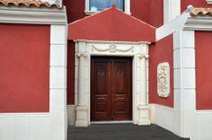 Recercados para puerta de entrada a chalet con molduras de piedra artificial.