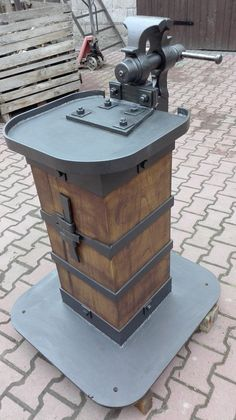 Tips On Buying Outdoor Woodworking Plans - Wood Advisor Metal Working Tools, Metal Tools, Old Tools, Metal Projects, Welding Projects, Metal Crafts, Antique Tools, Vintage Tools, Vise Stand