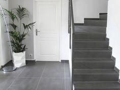 Rénovation entrée maison - Escalier en carrelage gris