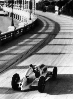 1935, VII GRAND PRIX DE MONACO. Manfred von Brauchitsch and the Mercedes-Benz W25 at Tabac corner.