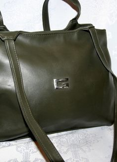 Kup mój przedmiot na #vintedpl http://www.vinted.pl/damskie-torby/torby-na-ramie/12153784-torebka-kolor-khaki-gucci-miesci-a4
