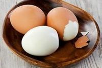 Learn how to peel an egg fast! Boiled Egg In Microwave, Cooking Hard Boiled Eggs, Peel An Egg, Cooking Tips, Cooking Recipes, Diabetic Recipes, Egg Fast, Microwave Recipes, Summer Recipes