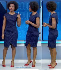 A jornalista Maju Coutinho usou um lindo vestido azul tubinho, em tecido, de mangas curtas, com recorte na saia e estampa geométrica, no Jornal Nacional, 12 dezembro. Os sapatos vermelhos pontuaram o look...