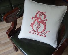 Декоративная подушка из белого бархата с вышитыми вензелями