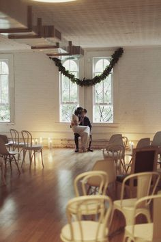 Wedding Decorations: To keep your wedding decor simple, a single garland at the end of the aisle can create a real focal point. Hang garlands with no need for nails using Command Hooks - www.commandstrips.co.uk #diywedding