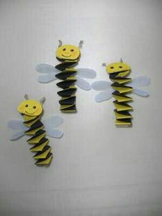 Bienen Mobile basteln - want to do this with grand babies Projects For Kids, Diy For Kids, Craft Projects, Bug Crafts, Paper Crafts, Bee Crafts For Kids, Puzzle Crafts, Bee Party, Bee Theme
