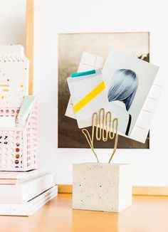 How to Make a Modern DIY Desk Accessory for Storing Notes and Photos - Basteln Organisation Diy Simple, Easy Diy, Desk Inspiration, Concrete Projects, Diy Desk, Diy Photo, Desk Accessories, Diy Planters, Diy Tutorial
