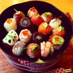 Colorful ball-shape sushi with various foodstuffs. Japanese Food Sushi, Japanese Dishes, Japanese Sweets, Temari Sushi, Sushi Comida, Cute Food, Yummy Food, Sashimi Sushi, Eating Raw