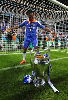 Didier Drogba of Chelsea celebrates with the trophy after their victory in the UEFA Champions League Final between FC Bayern Muenchen and Chelsea at the Fussball Arena München on May 2012 in. Get premium, high resolution news photos at Getty Images Chelsea Fc News, Chelsea Fans, Chelsea London, Chelsea Football, Chelsea Wallpapers, Chelsea Fc Wallpaper, Chelsea Champions League, Uefa Champions League, Chelsea Fc Players