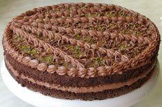 Çikolatalı Yaş Pasta Tarifi -  http://1tarif.net/cikolatali-yas-pasta-tarifi.html  Çikolatalı Yaş Pasta Tarifi ile sizlerleyiz. MALZEMELER  5 tane yumurta 2 çay bardağı toz şeker 3 çay bardağı un 1 paket kabartma tozu 1 paket vanilya 3 tatlı kaşığıkakao 1 paket dr. Oetker çikolatalı-fındıklı cremole ½ paket beyaz çikolata ½ çay bardağı damla çikolata  YAPILIŞI Önce yumurtalar...