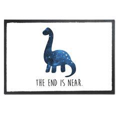 Fußmatte Druck Dinosaurier Langhals aus Velour  Schwarz - Das Original von Mr. & Mrs. Panda.  Die wunderschönen Fussmatten von Mr. & Mrs. Panda sind etwas ganz besonderes. Alle Motive werden von uns entworfen und jede Fussmatte wird von uns in unserer Manufaktur selbst bedruckt und liebevoll an euch verschickt. Die Grösse der Fussmatte beträgt 60cm x 40cm.    Über unser Motiv Dinosaurier Langhals  Langhalsdinosaurier, auch Sauropoden genannt, sollen vor 65 Millionen Jahren durch einen…