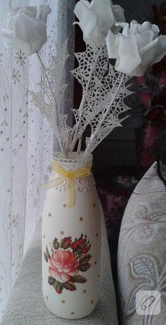 cam süt şişesi dekupaj, cam boyama ve vernikle yenileyerek kurdele ve güpürlerle süslenmiş ve ortaya bu dekoratif vazo çıkmış. daha pek çok şişe süsleme ve geri dönüşüm fikri...