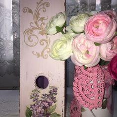 Shabby chic magazine holder decoupage with flowers magazin ordner Magazine Holders, Decoupage, Floral Wreath, Shabby Chic, Romantic, Wreaths, Rose, Flowers, Plants