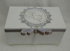 Lembrancinha casório Wedding Cake Boxes, Card Box Wedding, Wedding Stationary, Wedding Gifts, Marriage Box, Cigar Box Crafts, Altered Cigar Boxes, Decoupage Box, Jewellery Boxes