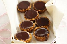 Caramel kisses This simple dessert combines the perfect pairing of dark chocolate and rich caramel. Best Dessert Recipes, Candy Recipes, Easy Desserts, Sweet Recipes, Kisses Recipe, Condensed Milk Recipes, Biscuits, Breakfast Dessert, Mini Cakes