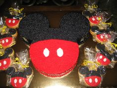 Mickey Mouse themed food ideas, perfect for a Disney party. Regalos Mickey Mouse, Mickey Mouse Favors, Bolo Mickey, Mickey Mouse Cookies, Mickey E Minie, Mickey Mouse Clubhouse Party, Mickey Cakes, Mickey Mouse Clubhouse Birthday, Mickey Mouse Parties