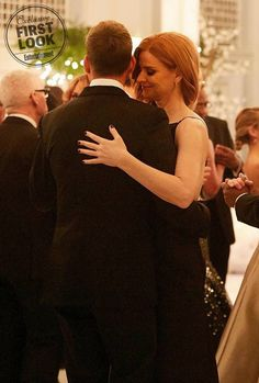 Wedding Suits Harvey and Donna dancing at Mike and Rachel's wedding (Suits season 7 finale) Serie Suits, Suits Tv Series, Suits Tv Shows, Suits Usa, Mens Suits, Suits Harvey And Donna, Donna Suits, Suits Mike And Rachel, Suits Season 7