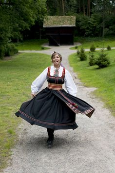 Foto: Norsk Folkemuseum Beautiful Costumes, Beautiful Outfits, Frozen Fashion, Beautiful Norway, Folk Clothing, Belly Dancers, Folk Costume, World Cultures, Traditional Dresses