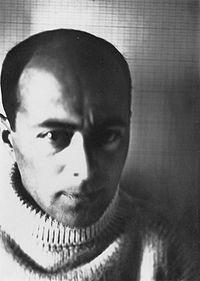 El Lissitzky, foi um artista, designer, fotógrafo, tipógrafo e arquiteto Russo.