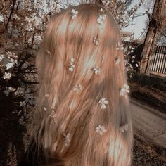 flowers in her hair Angel Aesthetic, Aesthetic Photo, Aesthetic Fashion, Queen Aesthetic, Princess Aesthetic, Aesthetic Clothes, Style Fashion, Braids For Short Hair, Short Hair Styles