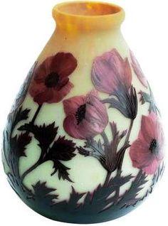 André DELATTE (1887-1953), vase bonbonne à décor d''anémones rouges et noires sur fond opalescent jaune. Signé Delatte Nancy. Hauteur : 31 cm.
