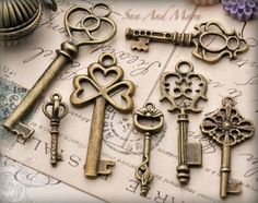 Items similar to 6 SETS ~ Vintage Style Key Set ~ 7 Unique Skeleton Keys in Antique Finish Pendants and Charms on Etsy Under Lock And Key, Key Lock, Antique Keys, Vintage Keys, Vintage Candy, Antique Hardware, Vintage Key Tattoos, Cles Antiques, Do It Yourself Jewelry