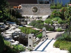 Ask any landscape architect and they'll tell you that there is a lot to be said for a charming and easy to look after alternative to the classic garden! Rock Garden Design, Courtyard Design, Design Cour, Classic Garden, Green Lawn, Garden Stones, Garden Bridge, Beautiful Gardens, Container Gardening