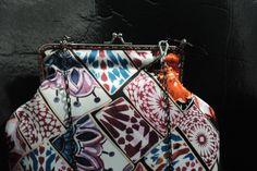 Bolsa retrô com fecho da vovó confeccionada em sarja acetinada.