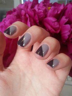 Venez voter pour votre #manucure du lundi préférée ! En photo : La French en biais de Julia (Vernis I brake for manicures et I Sao Paulo d'OPI) ♥