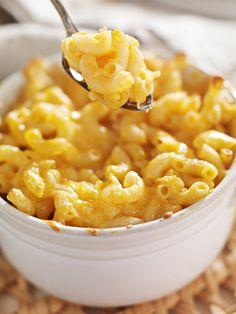 gratin de pâtes à la crème de gruyère...fait sans la muscade, sans saler la crème au fromage, avec du bouillon de vollaile dans l'eau de cuisson des pâtes et en ajoutant des lanières de bacon. Miam :-p