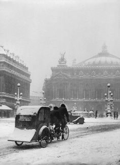 Robert Doisneau, Avenue de 'Opéra, Paris, 1942.