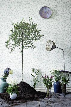 Botanical wallpaper in art deco style. Botanical Wallpaper, Modern Wallpaper, Beautiful Interiors, Colorful Interiors, Vertical Garden Plants, Inspiration Wall, Wall Colors, Decoration, Botanical Gardens
