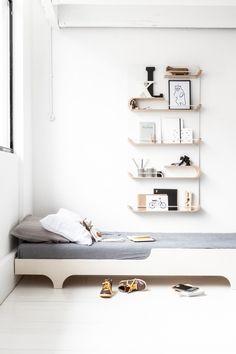 Lit épuré en bois pour chambre d'enfant. Rafa-kids est une marque de mobilier créée par Agata et Arek Seredyn, un couple d'architectes.