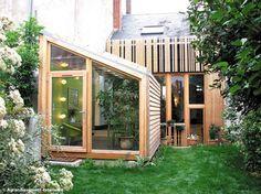 Très en vogue pour son caractère à la fois contemporain et écolo, l'extension en bois se greffe...