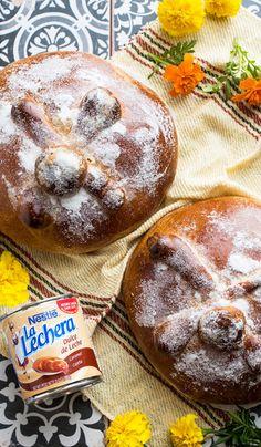 Hay algo acerca de esta receta de pan de muerto con dulce de leche que te conectará a generaciones de cocina latina. Este pan, con delicioso dulce de leche de La Lechera, es un complemento fabuloso para la celebración del día de los muertos.