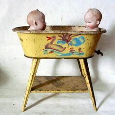 baby dolls in vintage dolly bathtub too darn cute! Dollhouse Dolls, Miniature Dolls, Dollhouse Miniatures, Victorian Dollhouse, Modern Dollhouse, Miniature Houses, Doll Toys, Baby Dolls, Children's Toys