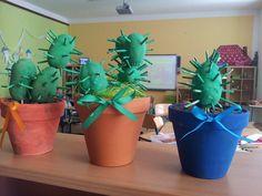 """brambory,špejle,natřeno temperou - v květináči je papír, aranžovací hmota florexnazapíchnutí """"kaktusu""""anahořejenasypán keramzhit. Z netu."""