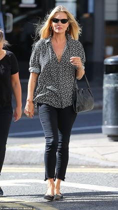 Edgy style: The runway queen, displayed her flair for fashion as she sported a monochr. Celebrity Style Casual, Casual Street Style, Casual Chic, Edgy Style, Mature Style, Over 60 Fashion, Mature Fashion, Timeless Fashion, Moss Fashion
