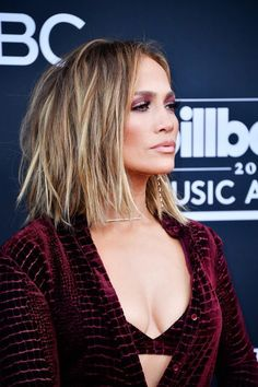 13 Popular Jennifer Lopez Hairstyles That rocked The Fashion World - Until Dress Jlo Short Hair, Jennifer Lopez Hair Color, Jennifer Lopez Short Hair, Medium Hair Styles, Curly Hair Styles, Corte Y Color, Great Hair, Hair Highlights, Balayage Hair