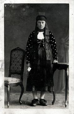 Junge Frau aus Allendorf (Hohenfels) in Hinterländer Tracht, um 1910
