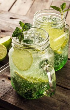 Cuban Mojito: this is how the perfect mojito is made, How to prepare a Cuban mojito step by step. The perfect mojito recipe and other mojito variants that you will also like. Mint Mojito, Mojito Cocktail, Summer Cocktails, Mojito Drink, Soda Drink, Detox Drinks, Fun Drinks, Healthy Drinks, Cuban Mojito