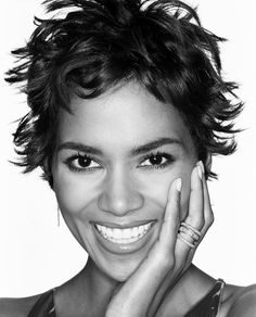 Halle Berry - one of the most beautiful women with perfect skin and a gorgeous smile. She is one of the few who can wear short hair and look so glamorous. Beautiful Smile, Most Beautiful Women, Beautiful People, Hale Berry, Berry Berry, Halle Berry Hot, Afro, 54 Kg, Actrices Hollywood