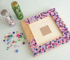 un cadre photo en bois, décoré de boutons miniatures multicolores, activite manuelle enfant