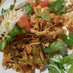 Mexikanisch inspiriertes Slow Cooker Pulled Chicken mit Koriander und Limette / Hähnchenbrust werden mit mexikanischer Salsa, Gewürzen, Limette und Koriander im Slow Cooker gegart und dann in kleine Stücke gerissen. Schmeckt super als Füllung für Tacos.@ de.allrecipes.com